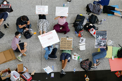 香港機管局貼禁制令 大堂仍有示威者留守