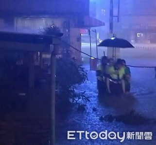 台南水災老嫗受困水中警背負脫險