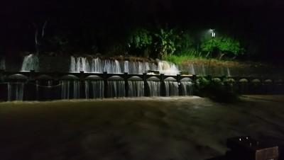 彰化暴雨路面變瀑布!王惠美守到凌晨