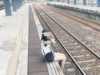 女跨警戒線拍照! 雙腳懸掛在外等吹哨