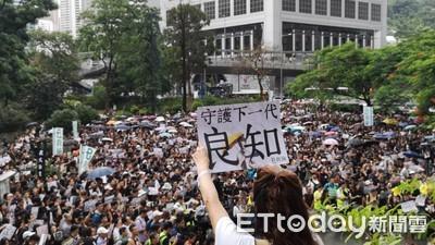 港數千教師穿黑衣暴雨中大遊行
