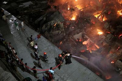 孟加拉貧民窟大火燒爛15000民宅 5萬人沒家回