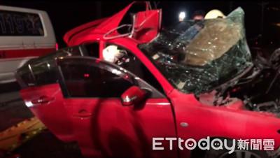 開車狂飆撞路樹 駕駛滿身血「抽搐夾車內」