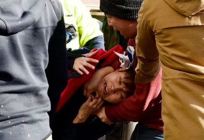 台男在澳舉國旗 竟遭勒脖壓制