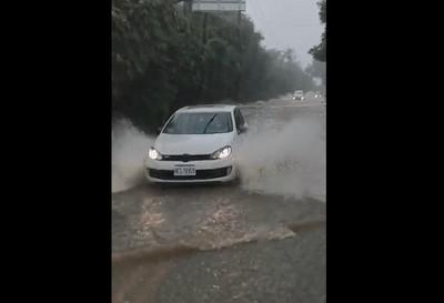 豪雨炸新社 馬路、農路成河流