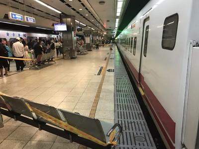 台北車站1旅客落軌遭撞!南下列車延誤