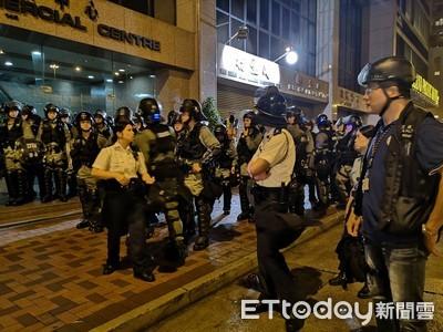 更新/港警中聯辦聚集 上街尋找示威者