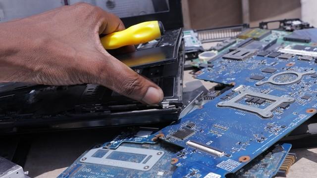 被話術了嗎?電腦送修新零件隨便拆 工程師:演戲給客人看很重要