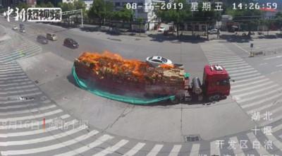 車著火啦! 司機駕貨車直衝這裡