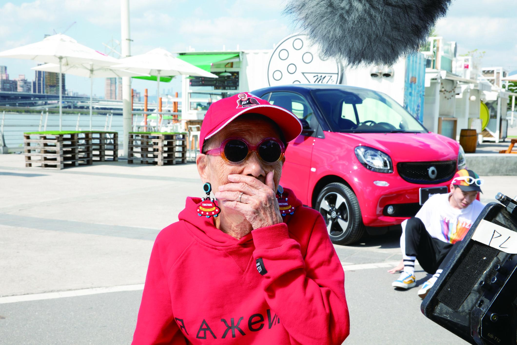 ▲▼書籍《媽抖:91歲的台灣第一潮嬤林莊月里》。(圖/寶瓶文化、台灣賓士、攝影師翁偉中提供,請勿隨意翻拍,以免侵權。)