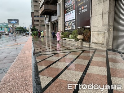 天雨路滑、騎樓更滑 一招分辨走哪種人行道不怕跌