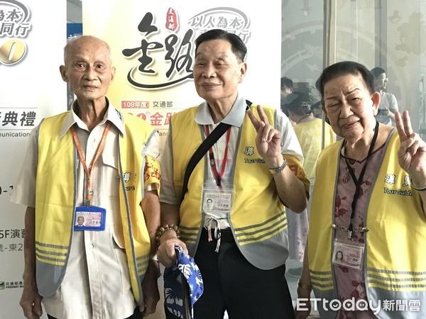 90歲阿公阿嬤組「台鐵不老志工隊」 翻譯、導覽全包...還神救援日旅客