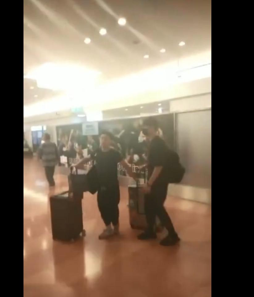 ▲▼李現和經紀人一同前往日本,被大批粉絲包圍。(圖/翻攝自微博/沸點娛樂)