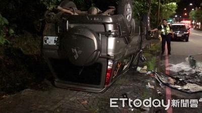 15歲少年開車上路 爆衝人行道翻覆