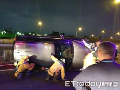 台中休旅車翻覆!2女受傷送醫