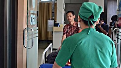 清尿道癢到不行 男病人起生理反應…護理師淡定:「放輕鬆」