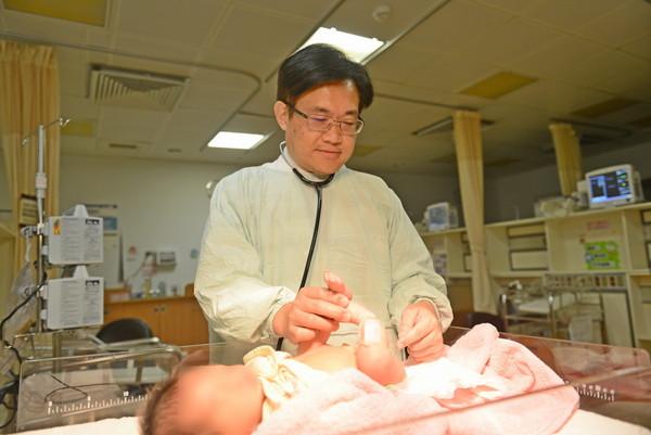 新生兒出生驚見「無肛症、只剩單腎」 轉診外接即時搶救
