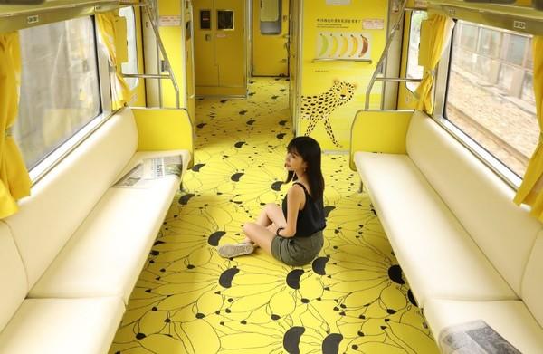 ▲▼設計師江孟芝與集集彩繪列車。(圖/翻攝自江孟芝臉書)