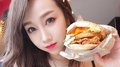 前正妹空姐吃漢堡「掉出白嫩半球」