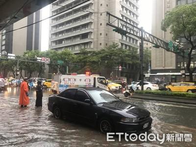 豪雨狂炸3小時 中山北路水淹半輪高