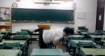 在課桌上跳街舞的下場......