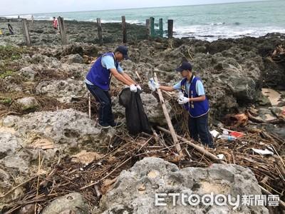 墾丁岸邊帶來塑膠垃圾 岸巡與民淨灘