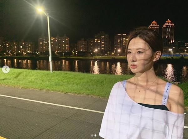 ▲河濱公園出沒正妹夜跑團,一整排女神級藝人。(圖/翻攝自安心亞Instagram)