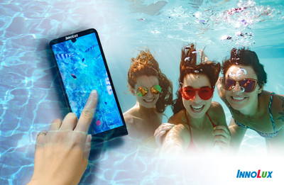 潛水也能玩自拍! 群創推出「全球首支水下電容式觸控拍照手機」