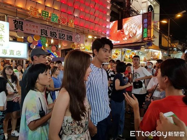 ▲▼獨家/2PM玉澤演人在逢甲夜市,身旁緊牽著長髮女演員。(圖/讀者提供)