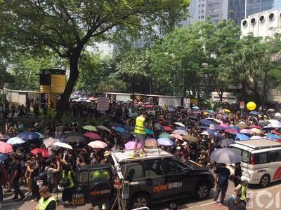 觀塘遊行示威者「擠爆球場」撐傘出發