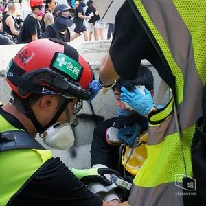 港警開槍驅散 示威者左眼疑中「橡膠子彈」