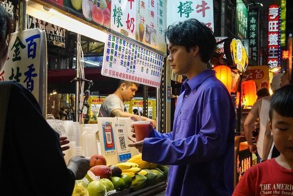 ▲坎城影帝出現在高雄!「穿長袖」六合夜市買西瓜汁全被拍。(圖/翻攝自yuya_yagira.staff IG)