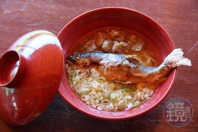 夏天賣完就拆棚!長野上田市「香魚拉麵」 整條香魚直接放碗裡