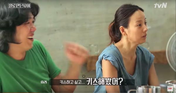 ▲▼李孝利逼問:還跟老婆激吻嗎? 劉在錫臉紅了「同房情趣曝光」。(圖/翻攝自tvN)