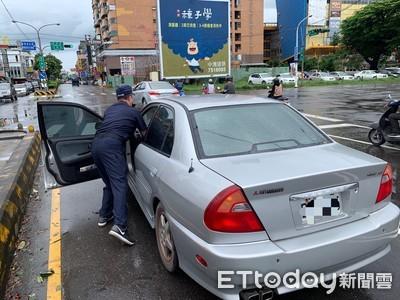 女駕駛颱風天開到一半拋錨 警協助移路旁