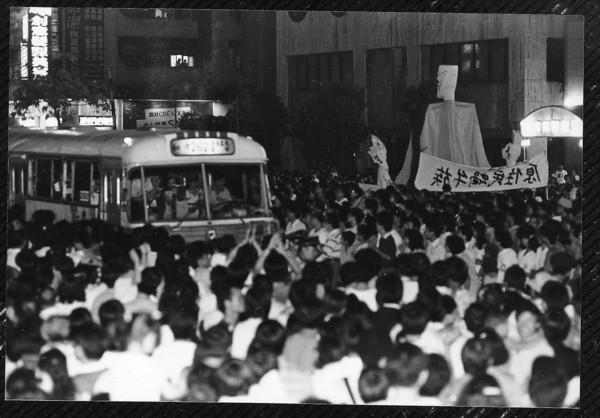 ▲▼30年前5萬人夜宿忠孝東路街頭「無殼蝸牛運動」抗議高房價。(圖/社會住宅推動聯盟提供)