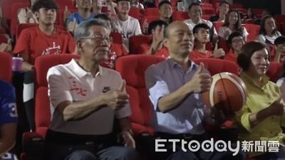 韓國瑜帶李佳芬看電影 學生喊「高雄發大財」