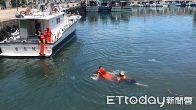 翁撿漁簍落海掙扎 岸巡路過急救援