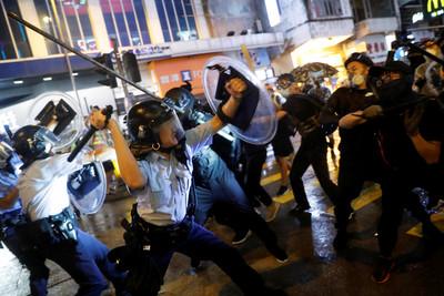 港民包圍黃大仙商場 破壞公共設施