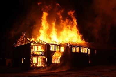 她大火中失4子 75%灼傷20月後亡