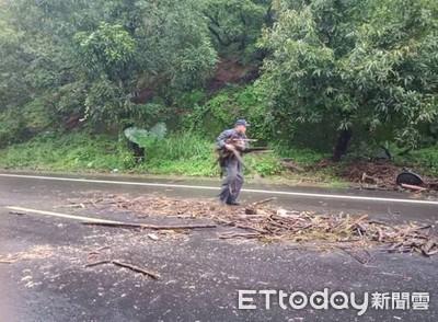 颱風期間警冒雨清除路障 里港居民感激
