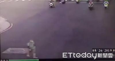 馬路過一半變燈!新莊婦遭機車撞倒昏迷