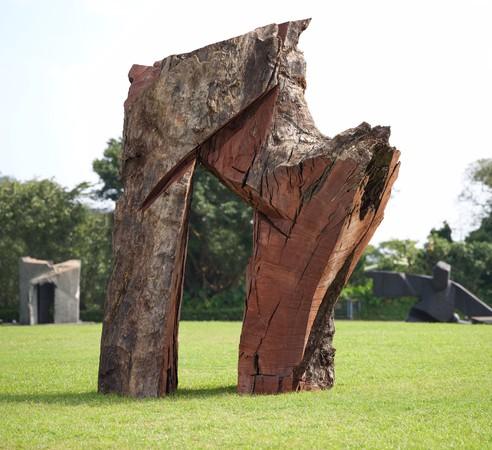 ▲ 朱銘美術館20歲成年禮 新作「古沉木太極拱門」義賣。(圖/朱銘美術館提供)