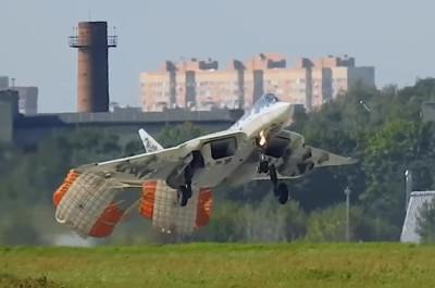 蘇-57機輪接地前就打開減速傘