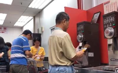 阿伯回收咖啡豆渣!網酸:以為工作人員