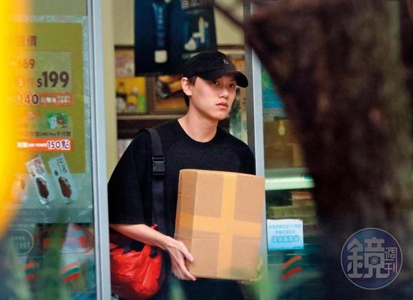 8月21日16:13,毛弟返家前先跑了趟便利商店取貨。