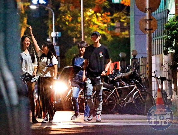 20:27 用餐完畢,吳品潔陪同邱家成員走去停車場,一路上有說有笑,宛如一家人。