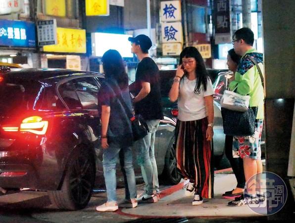 21:04 邱家人半路下車逛鐘錶行,留吳品潔獨自看顧臨停紅線的車子。
