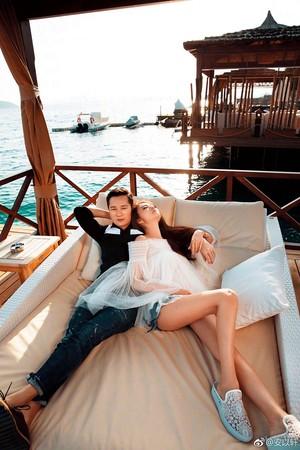 今年情人節時,寵妻的陳榮煉帶著安以軒到海島渡假。(翻攝自安以軒微博)