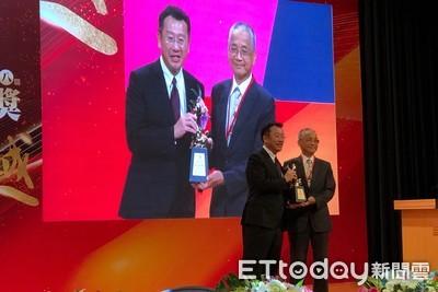 國壽董座黃調貴獲頒終身成就獎 哽咽感謝家人46年支持